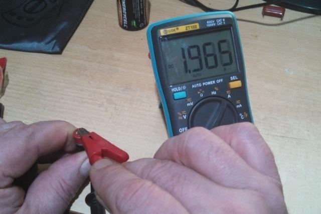 Уже явно побывавшая в употреблении батарейка формата ААА показала ток разряда чуть ниже 2 ампер.