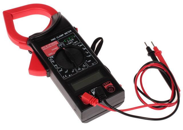 Портативный мультиметр с токовыми клещами. Для замера силы тока достаточно расположить проводник в пространстве, создаваемом сомкнутыми подпружиненными губками клещей.