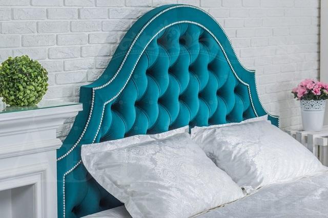 Изголовье кровати, декорированное в технике каретной стяжки — «капитоне».