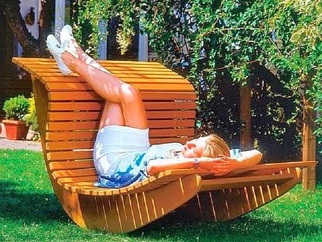 Внешний вид садового кресла-качалки типа «ванька-встанька».