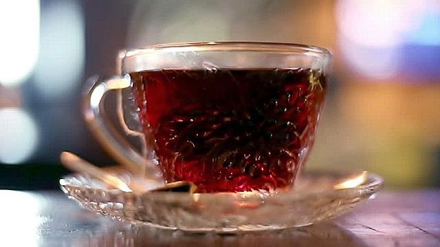 Крепко заваренный чай содержит дубильные вещества, способные изменить цвет светлой древесины.