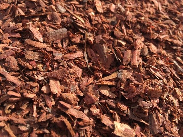 Кора лиственницы является отличным натуральным ингредиентом для изготовления морилки, придающей древесине красноватые оттенки.