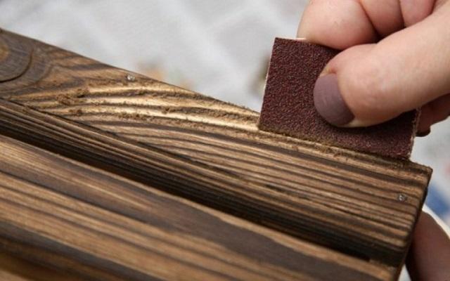 Удаление мягких слоев древесины вручную.