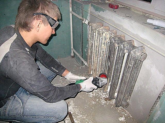 Очистка чугунных радиаторов с помощью металлической щетки-насадки, установленной на шлифмашинку. Работа грязная и утомительная, но, увы, без нее качество будет не то…