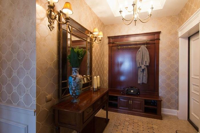 Вариант использования флизелиновых обоев в прихожей, оформленной в классическом, близком к английскому стиле.