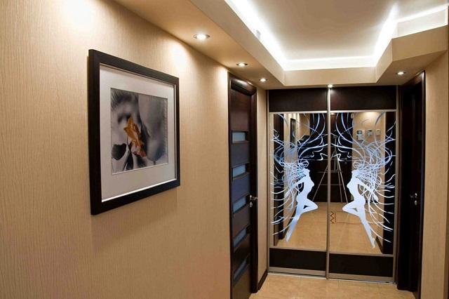 Проект прихожей, стены которой тоже оклеены стеклообоями.