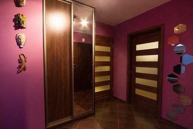 Темные цвета в интерьере любой комнаты зачастую очень угнетающе действуют на психику человека. Это может подспудно влиять на преобладающее настроение.