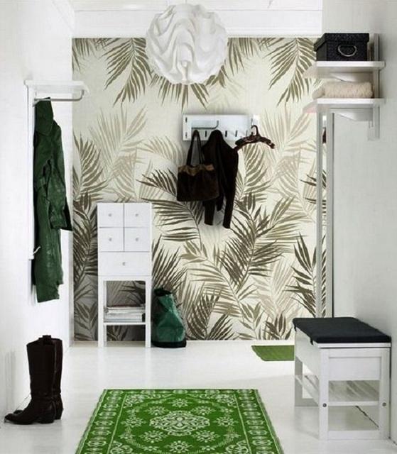 Сочетание бумажных обоев на одной стене с декоративной штукатуркой на других