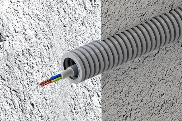 Гофрированные кабель-каналы могут быть изготовлены из пластика или металла. Их вполне можно как вмуровать в стены, так и уложить в стяжку пола.