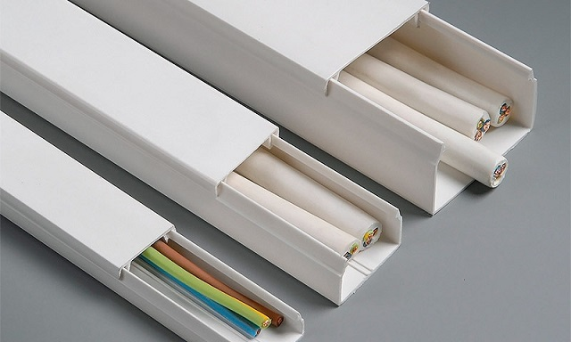 Кабель-каналы коробчатого типа для укладки проводки по стенам или потоку могут иметь разные размеры в сечении. Они оснащены съемной крышкой, которая при необходимости позволит контролировать состояние кабелей или дополнять схему проводки.