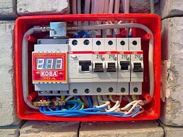 Электрический щит может быть закреплен на стене или вмурован в предусмотренную для него нишу.