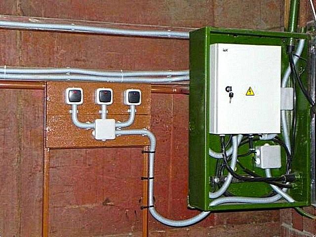 Распределительный щиток и группа основных выключателей на входе в гараж