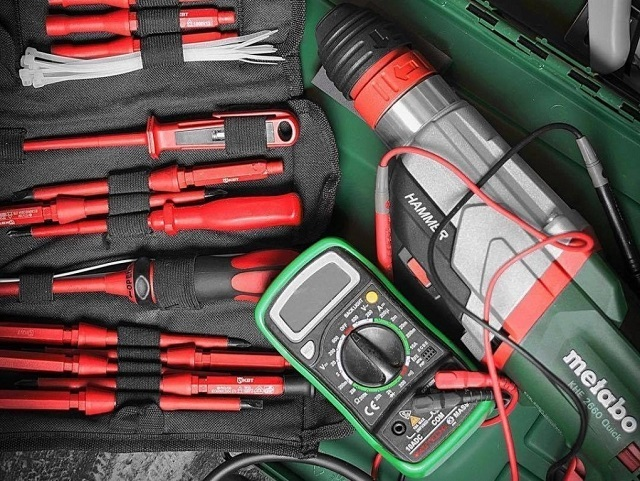 Инструменты для проведения электромонтажных работ.