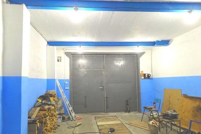 Панели в помещении окрашены в сине-голубой цвет, что позволяет скрыть небольшие загрязнения, нередкие для гаража. В то же время выбранный оттенок не затемняет интерьер, а придает ему экспрессии.