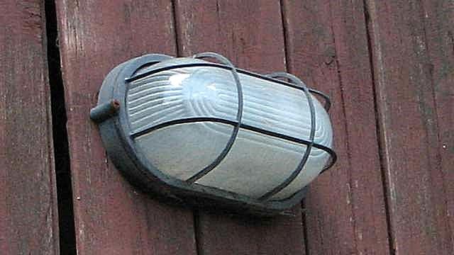 Защитный плафон, обязательный в гараже при использовании ламп накаливания.