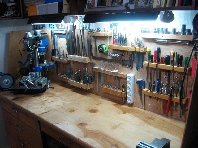 Освещение рабочего стола в гараже.