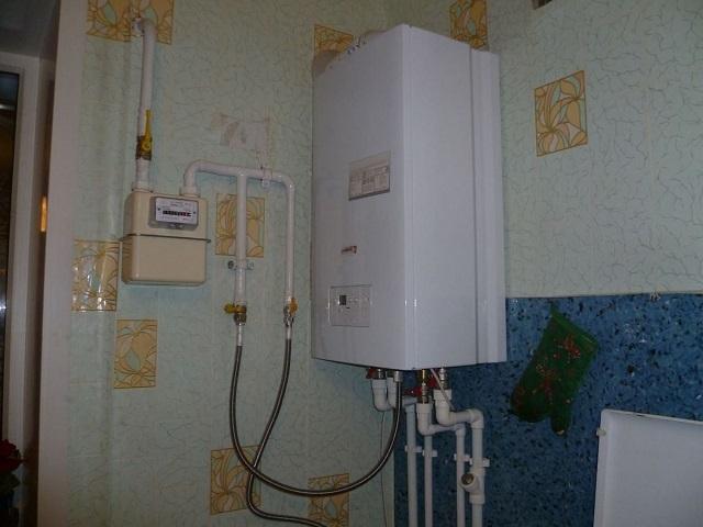 Некоторые хозяева решают вопрос и иначе — установкой автономного газового отопления в квартире.