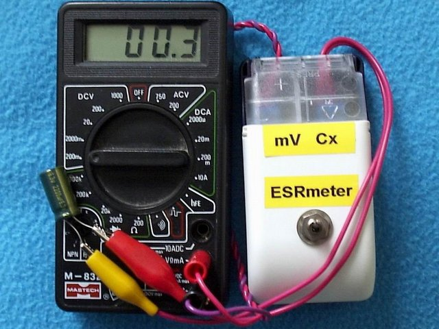 Приставка к мультиметру типа DT, позволяющая оценивать показатель ESR электролитических конденсаторов.