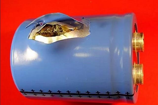 Не характерный, но все же иногда встречающийся боковой разрыв корпуса алюминиевого полярного электролитического конденсатора.