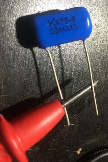 Разрядка конденсатора небольшой емкости простым перемыканием его контактов-выводов.