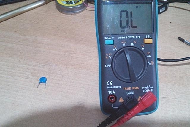 Подготовка к замеру – установлен нужны режим. На дисплее символы, обозначающие отсутствие проводимости между щупами прибора.