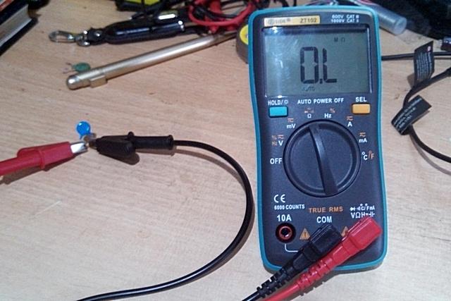 Щупы-зажимы подключены к выводам конденсатора. На дисплее – ничего не изменилось.