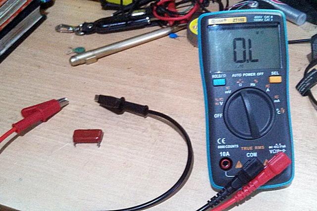 Исходное положение – то же, но неполярный конденсатор уже с указанным номиналом мощности в 1 μF.