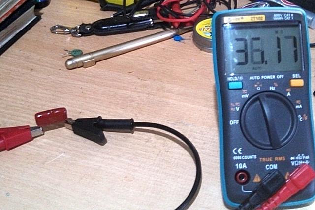 Значения растут, показывая, что ток зарядки конденсатора стремительно снижается.