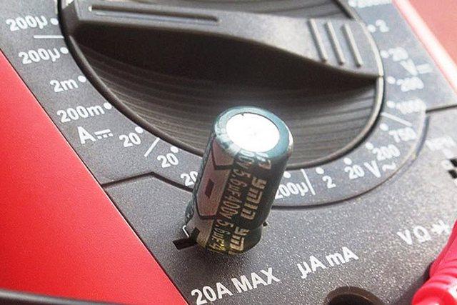 Безусловно, очень удобно, когда мультитестер имеет специальную колодку с гнёздами именно для проверки конденсаторов – можно не мучиться с проводами