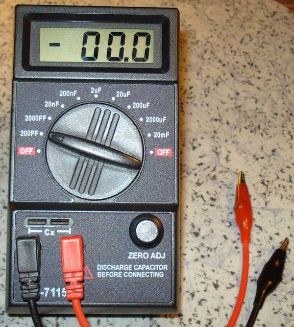 Специальный прибор для измерения емкости конденсаторов, требующий предварительной установки предела измерений.