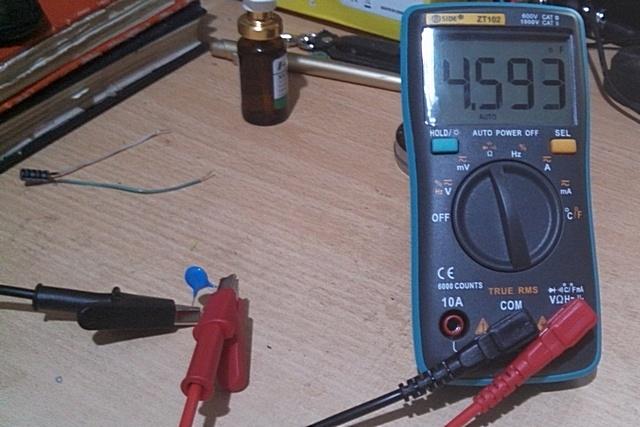 Проверка емкости маленького керамического конденсатора.