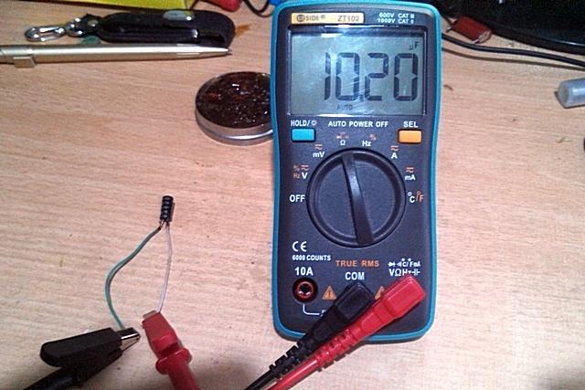 Проверяется емкость конденсатора с номиналом 10 μF – получены четкие и стабильные показатели.