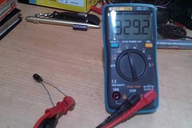 Начальные показания после подключения «проблемного» конденсатора к щупам мультиметра.