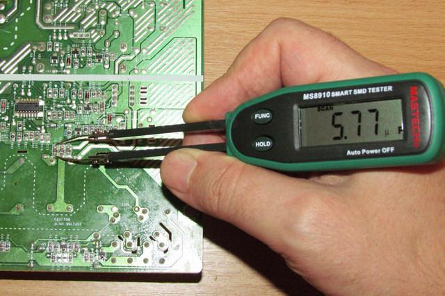 Удобный компактный прибор, позволяющий снимать показания емкости конденсаторов непосредственно на монтажной плате.