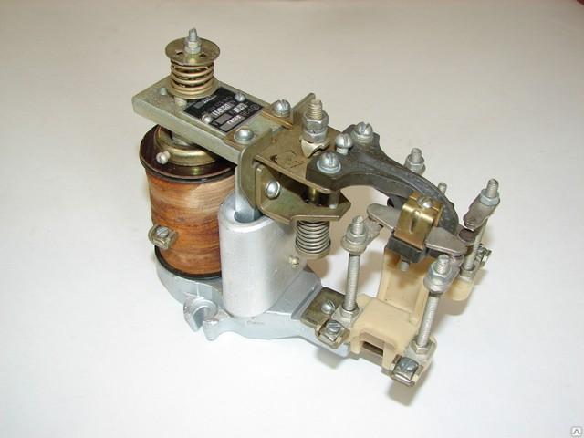«Классический» пример электромагнитного реле времени – используемая в цепях питания мощного оборудования модель РЭВ 812