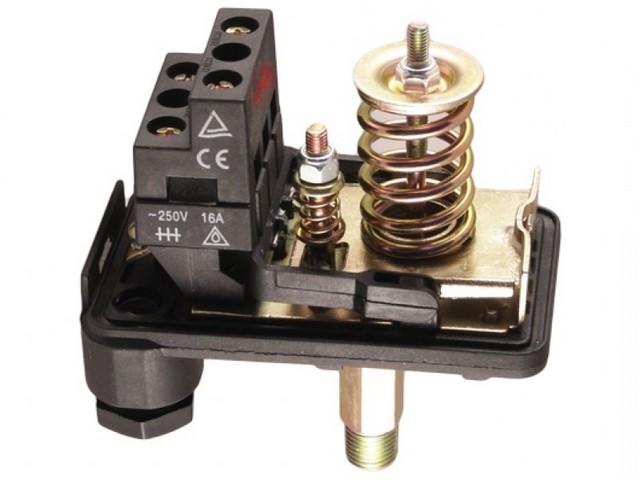 Реле давления – в бытовых условиях обычно ставится в цепи питания насосного оборудования, что позволяет автоматизировать работу систем автономного водоснабжения или отопления.