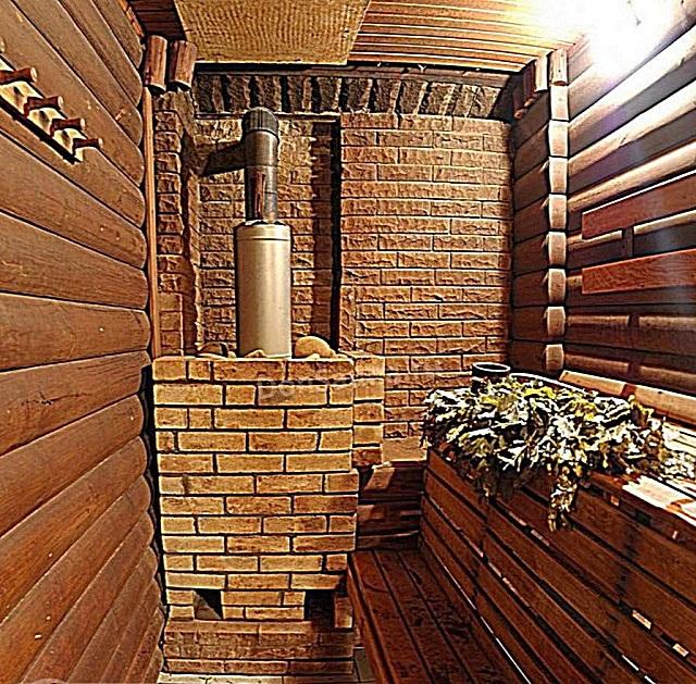 Обложенная снаружи кирпичом печь в русской бане.