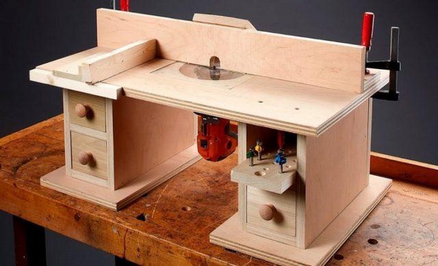 Ручные фрезеры очень часто встраиваться в специальные фрезеровальные столы (готовые или самодельные). В любом случае этим может несколько снижаться свободный вертикальный проход фрезы, и для выборки глубоких пазов зачастую требуется оснастка с удлиненным хвостовиком.