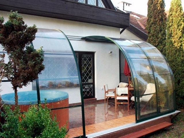 Сложная раздвижная поликарбонатная конструкция беседки-террасы, пристроенной к дому.