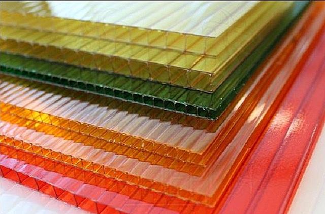 Сотовый поликарбонат – назван так из-за выраженной ячеистой пустотелой структуры листов.