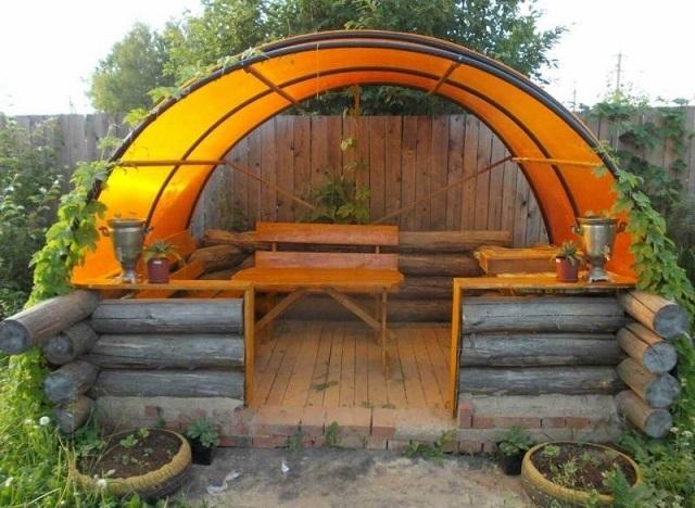 Несложный, в принципе, для хорошего домашнего мастера вариант небольшой беседки с арочной крышей.