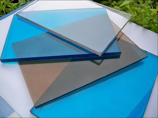 Монолитный вариант поликарбоната – очень схож с привычным стеклом