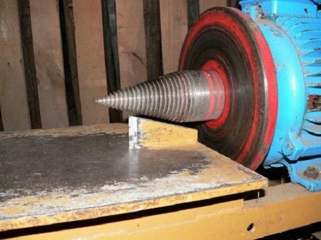 Раскалывающий конус насажен непосредственно на вал малооборотного электродвигателя