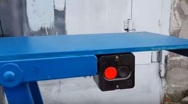 Пускатель монтируется под столешницей с удобной для пользователя стороны.