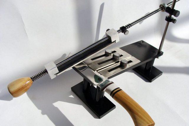 Станок для качественной заточки ножей. Это – выпускаемая промышленностью модель. Но подобное приспособление вполне можно изготовить и своими силами.