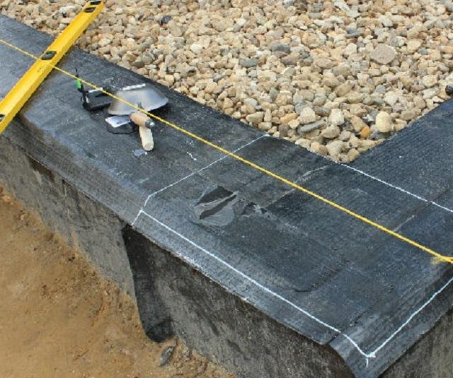 Лучше, если гидроизоляция будет укладываться на битумную мастику, но некоторые мастера просто укладывают материал на сухую поверхность.