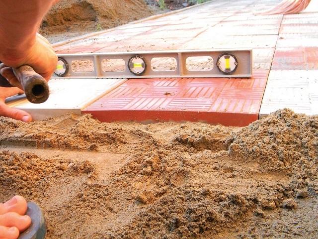Укладка тротуарной плитки на песчано-цементную смесь.