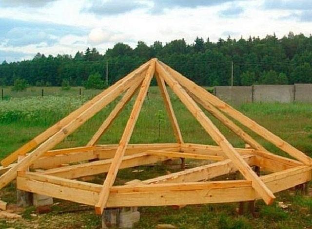 Чтобы легче было производить монтаж крыши на высоте, сначала ее можно подогнать и собрать на земле. Затем детали нумеруются, а конструкция временно разбирается.