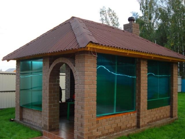Эту беседку также можно отнести к полузакрытым строениям, так как дверной проем остается всегда открытым.