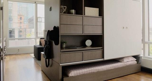 Выдвижной вариант спального места – оно прячется под двусторонним многофункциональным шкафом.
